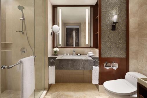 Shangri-La Hotel Surabaya - Surabaya - Bathroom