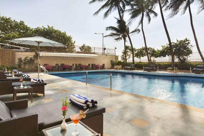 Ramada Plaza by Wyndham Palm Grove - Bombay - Piscina