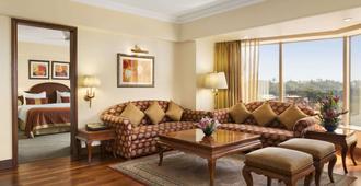 Ramada Plaza by Wyndham Palm Grove - מומבאי - סלון