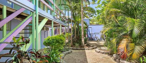 Caravella Backpackers - Cairns - Outdoors view