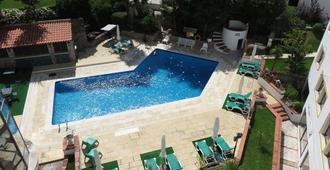 كلوب دو لاجو - كاسكايس - حوض السباحة