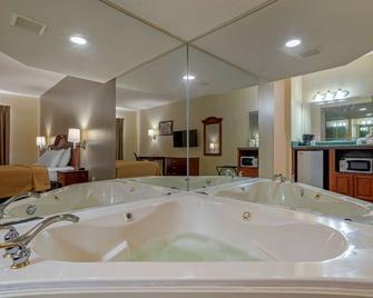 Econo Lodge & Suites - Flowood - Bedroom