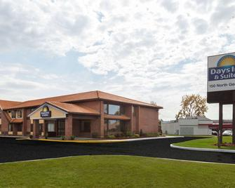 Days Inn by Wyndham Utica - Utica - Building