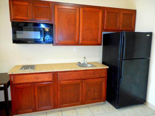 Crossroads Inn & Suites - Victoria - Kitchen