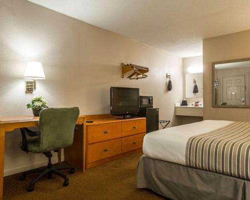 Econo Lodge Inn and Suites at Fort Benning - Columbus - Makuuhuone