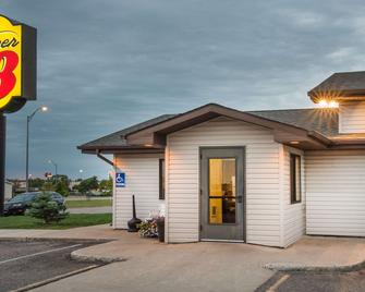 Super 8 by Wyndham Jamestown - Jamestown - Building