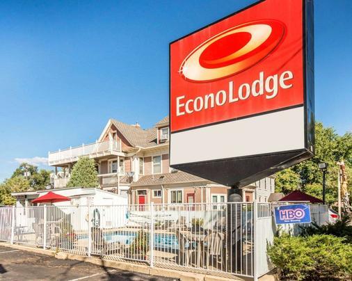 Econo Lodge Downtown - Colorado Springs - Building