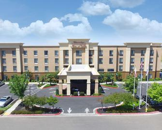 Hampton Inn & Suites Madera - Madera - Building