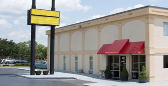 Super 8 by Wyndham Greensboro - Greensboro - Building