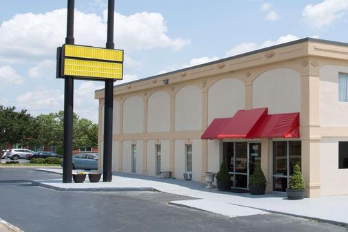 Super 8 by Wyndham Greensboro - Greensboro - Gebäude
