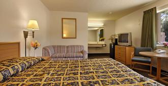 Super 8 by Wyndham Red Bluff - Red Bluff - Bedroom