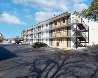Econo Lodge - Lithonia - Building