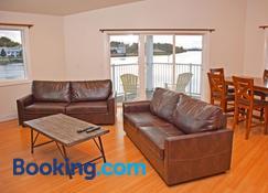 Longliner Lodge and Suites - Sitka - Living room