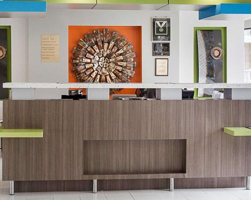 Quality Inn & Suites Oceanfront - Virginia Beach - Front desk