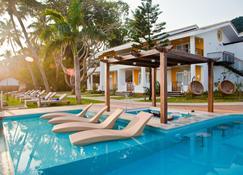 Acron Waterfront Resort - บากา - สระว่ายน้ำ