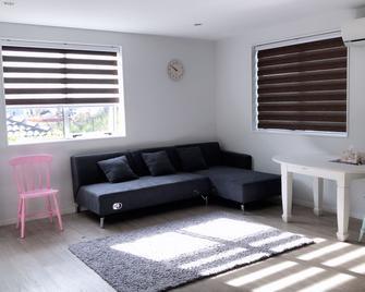 Orewa Beach Homestay - Orewa - Living room