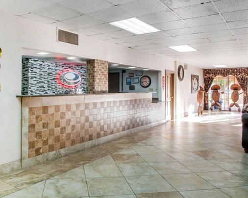 Econo Lodge - Carlsbad - Front desk
