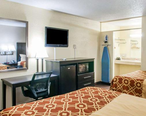 Econo Lodge - Carlsbad - Bedroom
