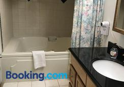 7 Gables Inn & Suites - Fairbanks - Bathroom