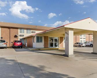 Econo Lodge - Emporia - Building