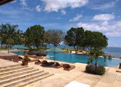 丹絨勒松灣海灘別墅渡假村 - 坦瓊亞亞 - Panimbang - 游泳池