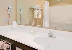 Days Inn & Suites by Wyndham Airport Albuquerque - Albuquerque - Bathroom