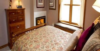 Red Bud Cove Lakefront Lodge and Farmhouse Suites - Branson - Bedroom