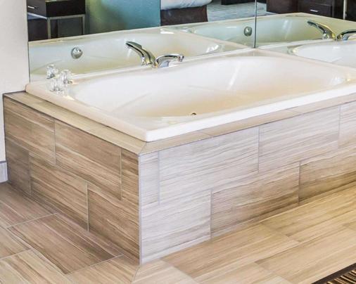 Quality Inn - Streetsboro - Bathroom