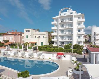 Hotel Cavalluccio Marino - Santa Marinella - Gebouw