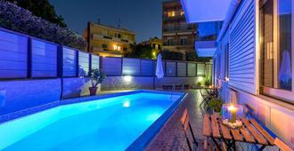 7 Palms Hotel Apartments - Rodi - Piscina