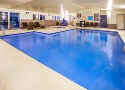 La Quinta Inn & Suites by Wyndham Wenatchee - Веначи - Бассейн