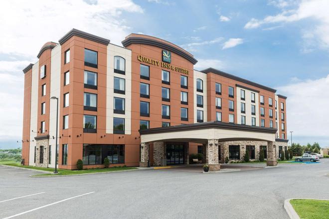 Quality Inn & Suites - Lévis - Gebäude