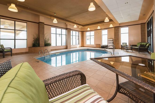 Quality Inn & Suites - Lévis - Pool