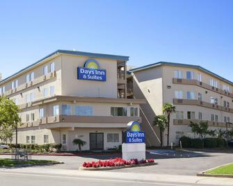 Days Inn & Suites by Wyndham Rancho Cordova - Rancho Cordova - Building