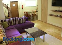 Embrace Guestrooms & Apartments - Pärnu - Living room