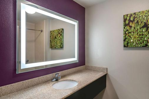 La Quinta Inn & Suites by Wyndham Latham Albany Airport - Latham - Bathroom