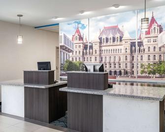 La Quinta Inn & Suites by Wyndham Latham Albany Airport - Latham - Recepce