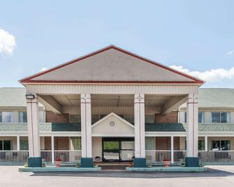 Days Inn by Wyndham Columbus IN - Колумбус - Building