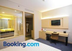Gtv Hotel & Service Apartment - Bekasi - Bedroom