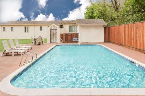 Travelodge by Wyndham Santa Rosa Wine Country - Santa Rosa - Pool