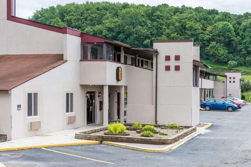 Super 8 by Wyndham Bridgeport/Clarksburg Area - Bridgeport - Gebäude