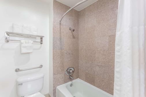 Howard Johnson by Wyndham San Diego Hotel Circle - San Diego - Phòng tắm
