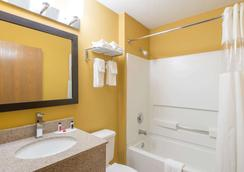 Microtel Inn & Suites by Wyndham Dayton/Riverside OH - Dayton - Bathroom
