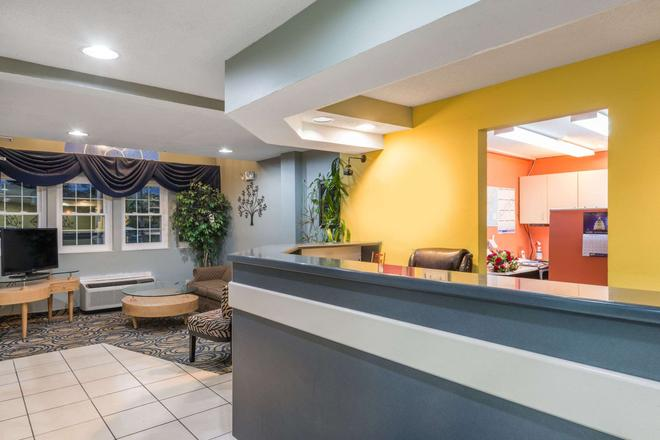 Microtel Inn & Suites by Wyndham Dayton/Riverside OH - Dayton - Front desk