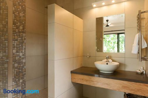 Le Repaire - Boutique Hotel & Restaurant - La Digue Island - Bathroom