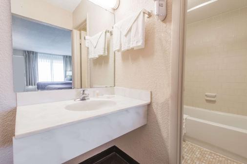 Days Inn by Wyndham Elizabethtown - Elizabethtown - Bathroom