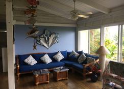 Romantic Hana Hideaway, Big Ocean Views, Old Hawaii Charm - Hana - Sala de estar