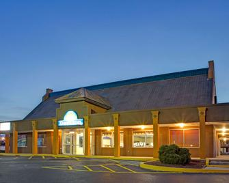 Days Inn by Wyndham Benson - Benson - Building