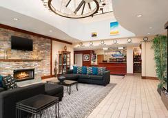 Days Hotel by Wyndham Allentown Airport / Lehigh Valley - Allentown - Lobby