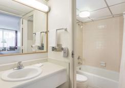 Super 8 by Wyndham Valdosta Mall - Valdosta - Bathroom